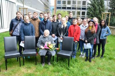 Sbor Mendík zpíval na vzpomínkovém setkání u pomníku obětem šoa